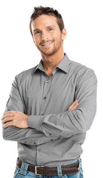 Bilde av en mann som kikker smilende inn i kameraet. Han er ikledd en grå skjorte og holder armene i kors.